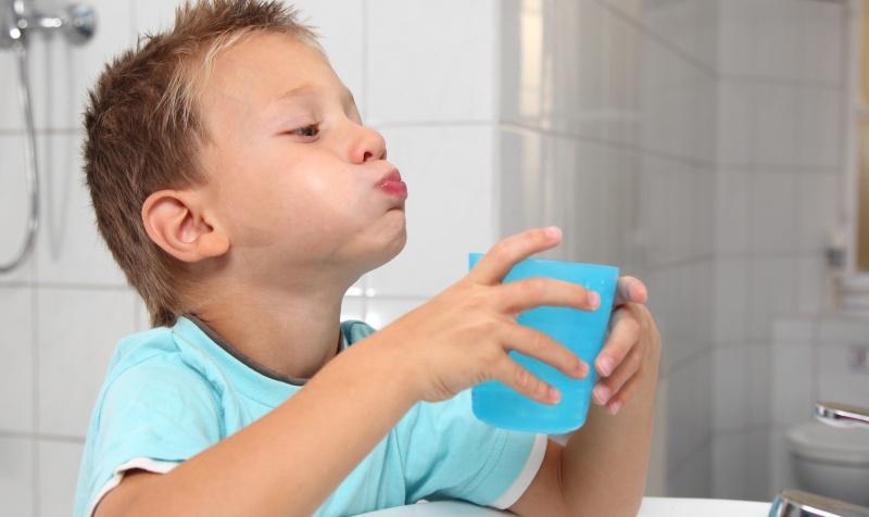 Ребенок полоскает горло содой