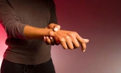 Почему болит локоть левой руки