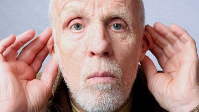Глухой пожилой мужчина