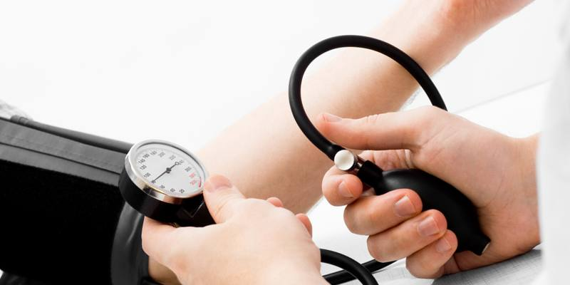 Высокое давление и низкий пульс: причины, что делать, первая ...