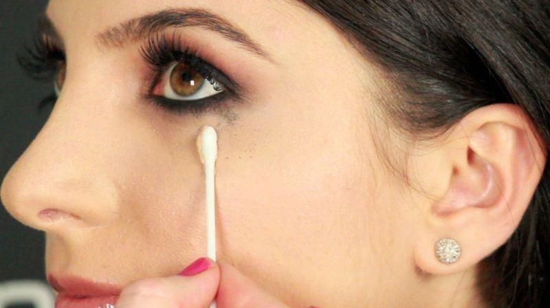 Нанесение косметического средства под глаз