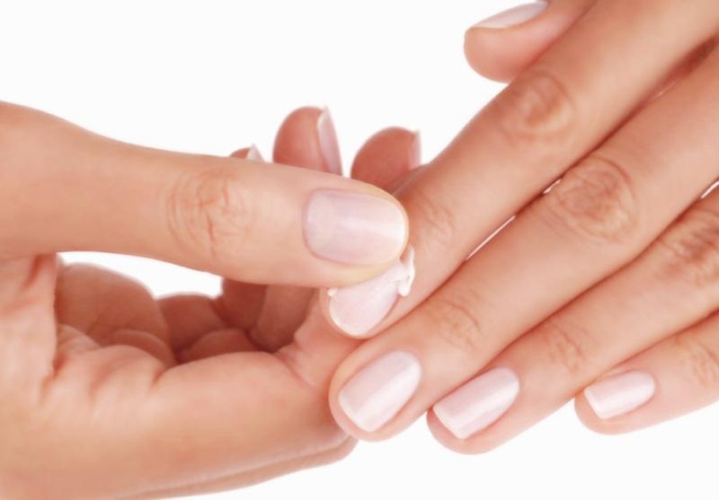 Нанесение крема на ногти рук