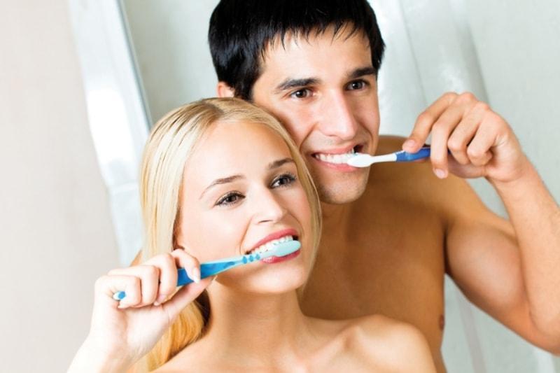 Пара чистит зубы