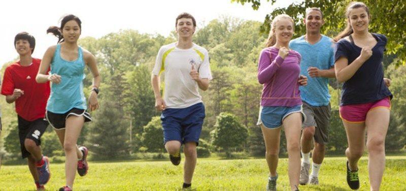 Подростки бегут
