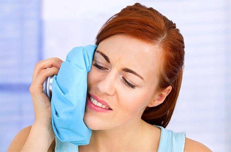 Прикладывание холодного компресса к щеке
