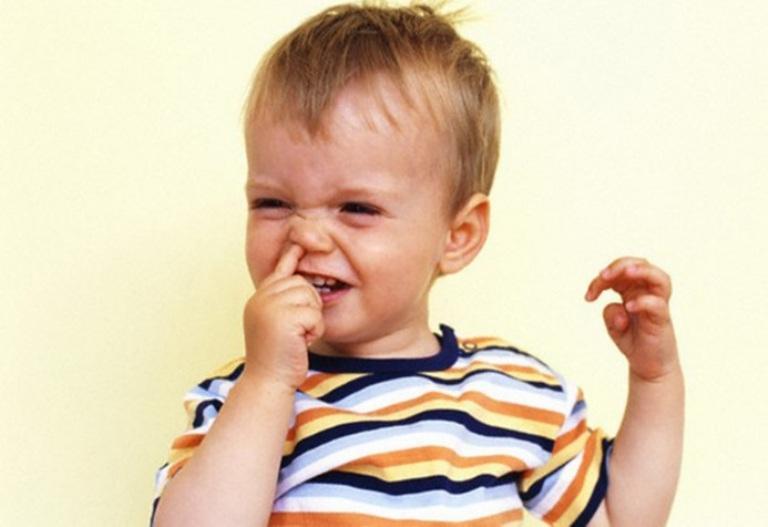 Ребенок ковыряется в носу
