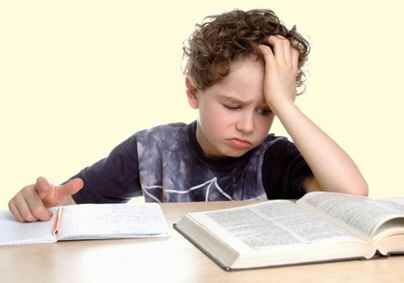 Ребенок за учебником