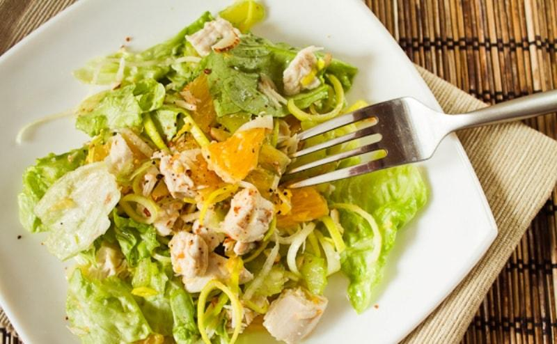 Салат куриный с овощами и фруктами