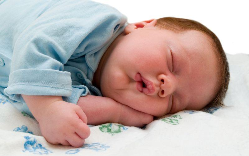 Почему новорожденный кряхтит во сне и тужится