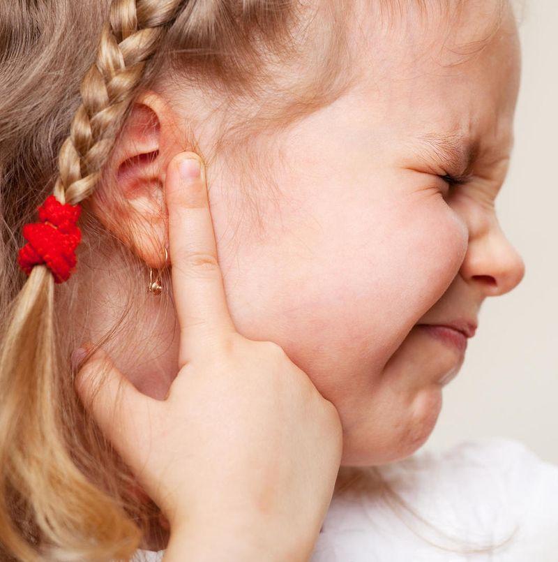 Как распознать боль в ухе у ребенка: советы родителям