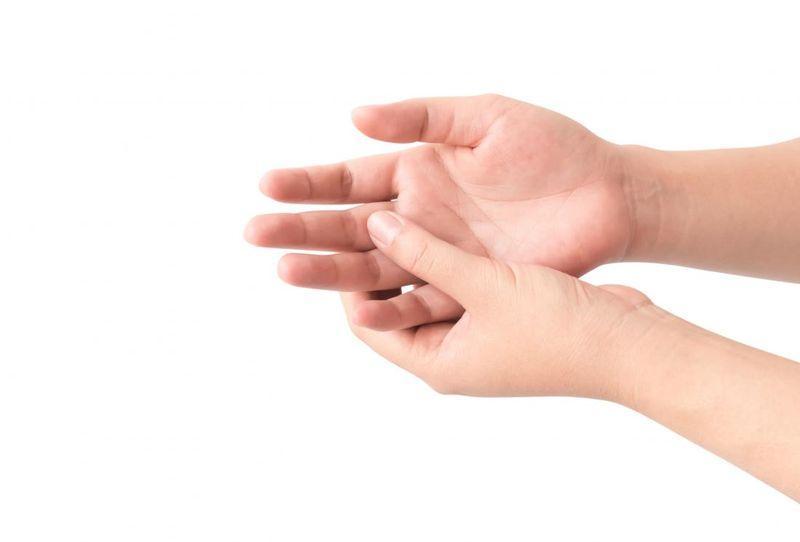Травма пальца руки: что делать, как лечить